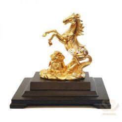 Tượng ngựa chiến thắng dát vàng